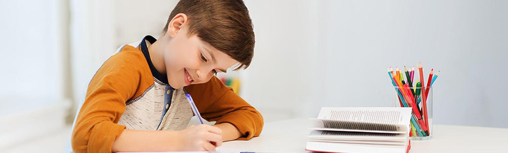 Niño dibujando y coloreando