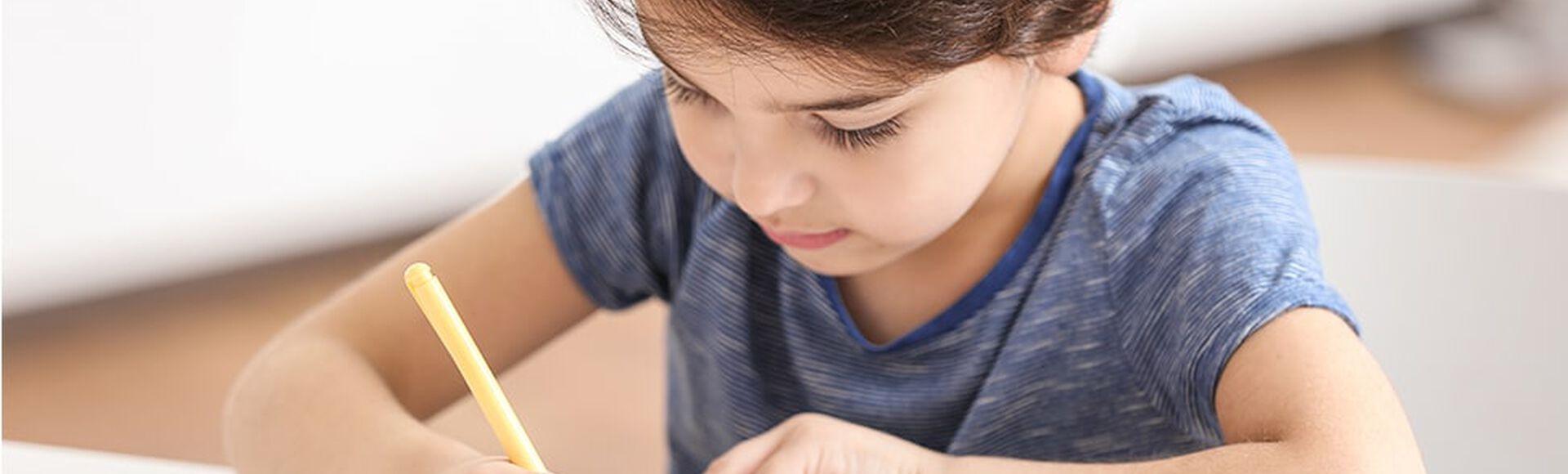 Niño haciendo su tarea