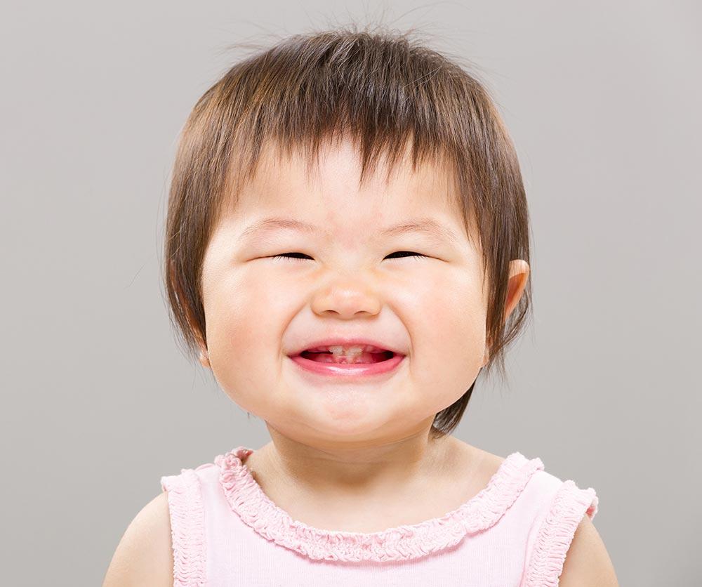 Por qué el bebé rechina los dientes